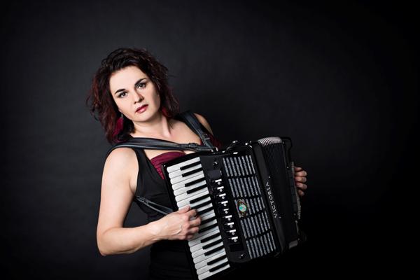 Radůza s kapelou- koncert Praha -Malostranská Beseda   Praha